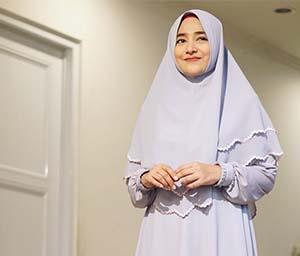 Cindy Fatika Sari Pakai Hijab Abu Abu
