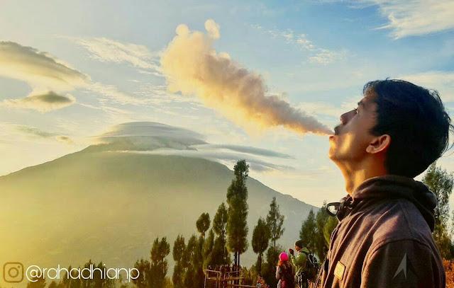 Perokok aktif merokok di gunung keluar asap