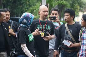 Ahmad Dhani akan melaporkan Tiga orang yang terkait kasus Persekusi.