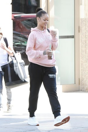 Rihanna let glamour and wears sweatpants