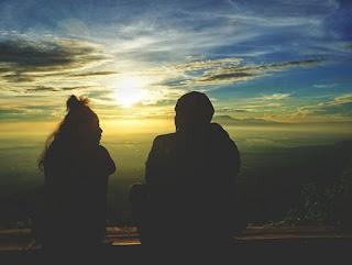 Menyaksikan keindahan matahari terbit di puncak Telomoyo