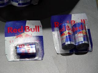 Escultura hecha con latas de red bull recicladas