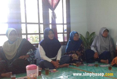 ANTUSIAS:  Para petani dari Kelompok Tani Rasau Jaya III yang hadir menyimak penjelasan Milagros kami. Alhamdulllah semua antusias sekali dan ingin tau lebih banyak tentang Milagros. Foto Asep Haryono