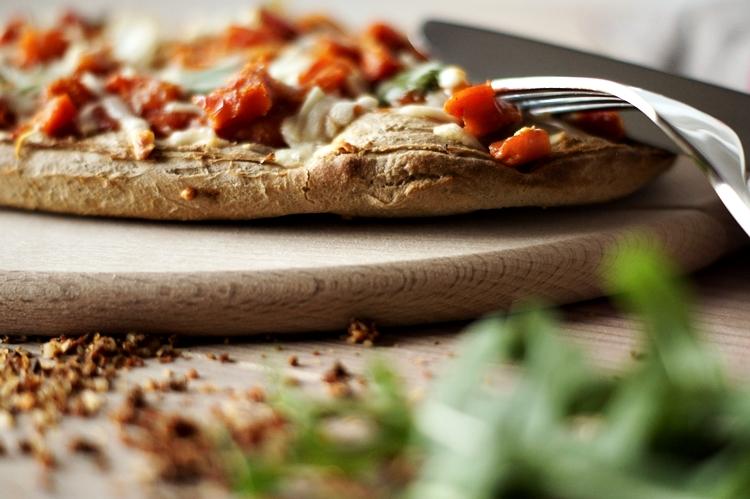 knusprige Pizza mit einer Gabel { by it's me! }