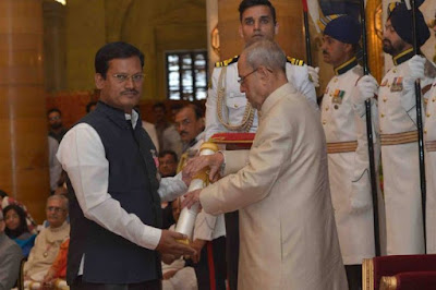 Arunachalam Muruganantham receiving Padma Shri from Pranab Mukherjee