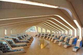 Interior de biblioteca de madera laminada