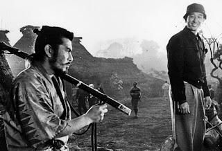 Toshiro Mifune con Akira Kurosawa durante la filmación de Los siete samuráis