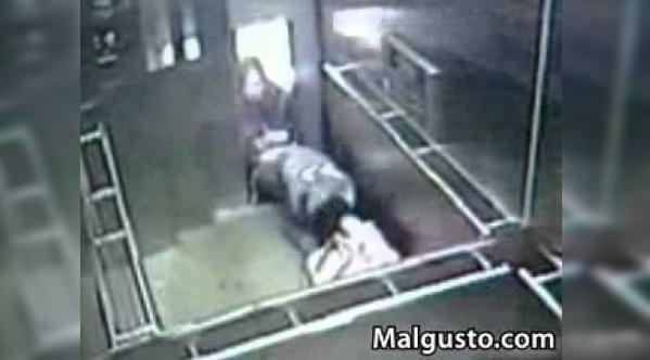 NGERi!! Kemalangan dlm LIFT!! Wanita Terjatuh Ke Dalam Lift Dan Lift Tertutup.. Separuh Badan Didalam Dan Separuh Lagi diluar..!!!