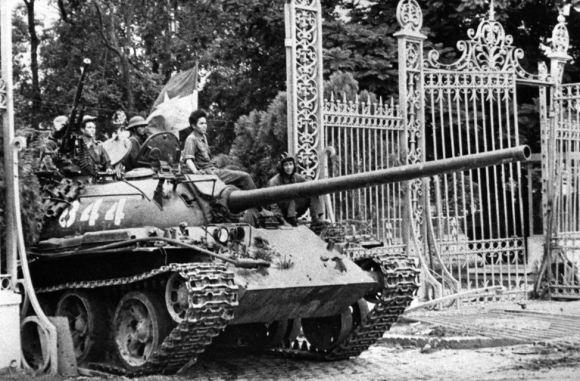 Tank Vietnam Utara melewati gerbang istana presiden