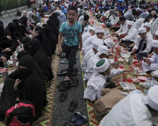 Islamic Officials Disguise As Waiters To Catch Muslims Not Fasting To Be Punished