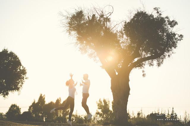 pareja saltando arbol
