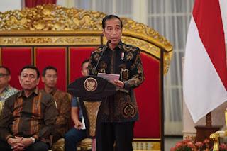 Presiden Joko Widodo menyampaikan paparan pendahuluan ketika memimpin sidang kabinet paripurna di Istana Negara, Jakarta, Selasa (16/10/2018). Sidang kabinet paripurna tersebut membahas evaluasi penanganan bencana alam. ANTARA FOTO/Wahyu Putro A/hp.(ANTARA FOTO/WAHYU PUTRO A)