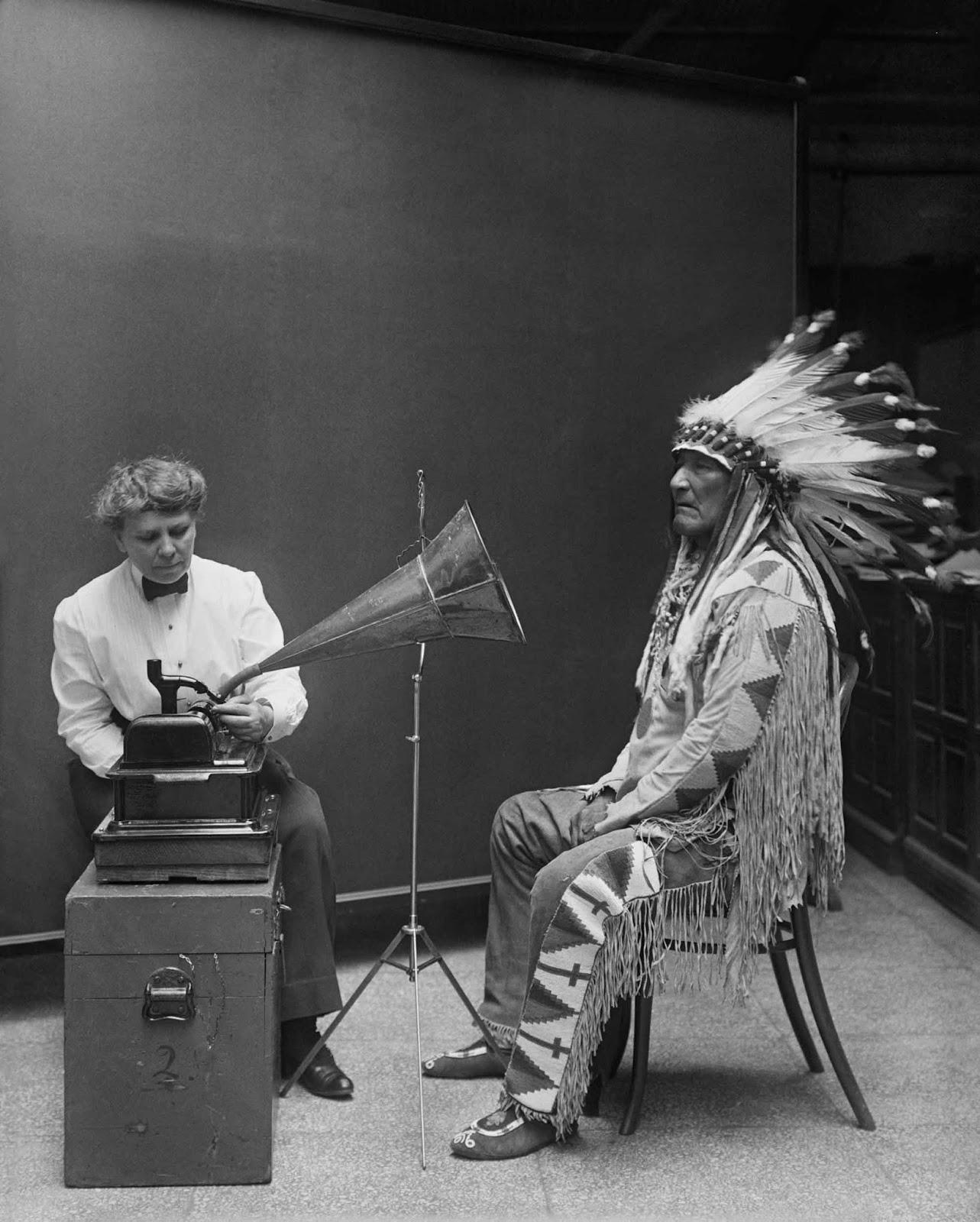 Jefe de montaña de Piegan Blackfeet haciendo registro fonográfico en Smithsonian. La entrevistadora es la etnóloga Frances Densmore. 1916.