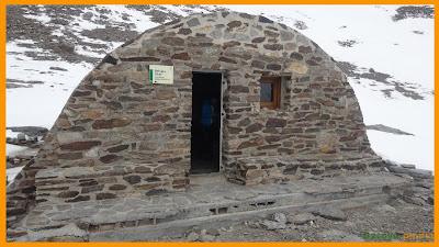 Vistas de la entrada al Refugio de la Caldera en Sierra Nevada.