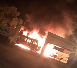 Incêndio destrói ônibus escolares em garagem de prefeitura na Paraíba