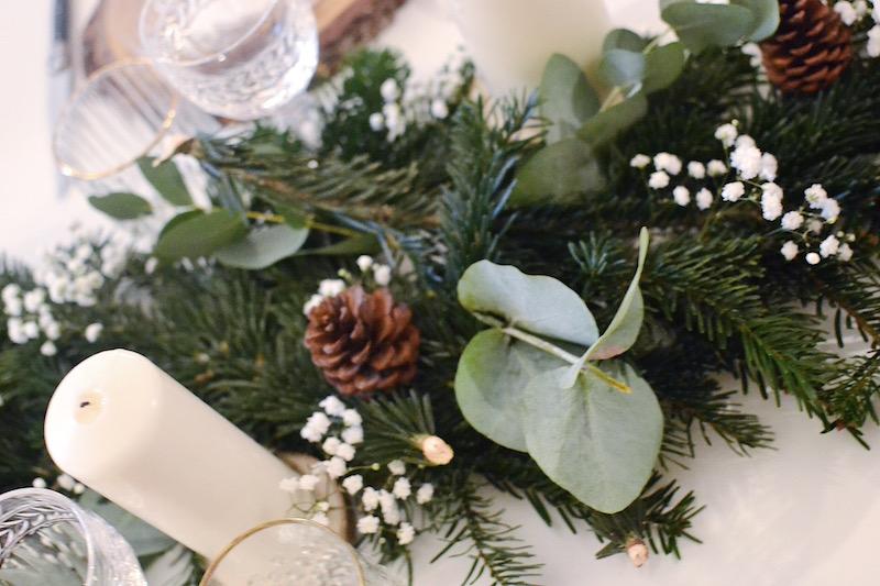 blougie blanche, feuille d'eucalyptus, pigne de pin et gypsophile, branche de sapin