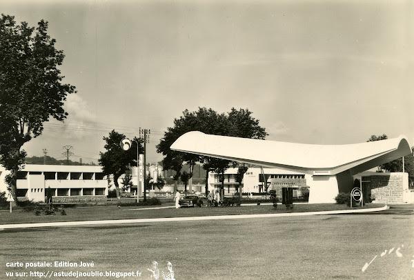 Lacq - Station d'essence de la SNPA  Architectes: Jean de Brauer et Jean-Benjamin Maneval  Construction: 1957
