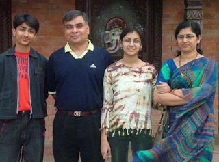 Foto Sriti Jha dengan keluarganya