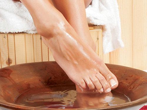 Trị gót chân nứt nẻ đơn giản với chanh tươi