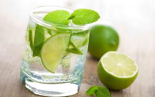 beneficios  del agua de limon