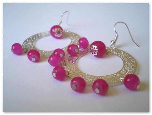 créoles argentées et perles rose vif