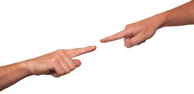 Dedos acusando