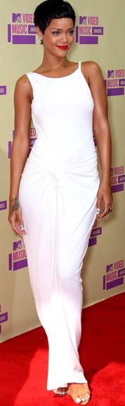 Foto de Rihanna con bello vestido blanco