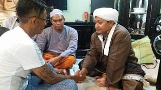 Pria Bertato Masuk Islam Usai Mendengarkan Sholawat