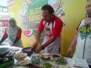 Chef Ari Galih sedang mengulek bumbu untuk Gabus Pucung