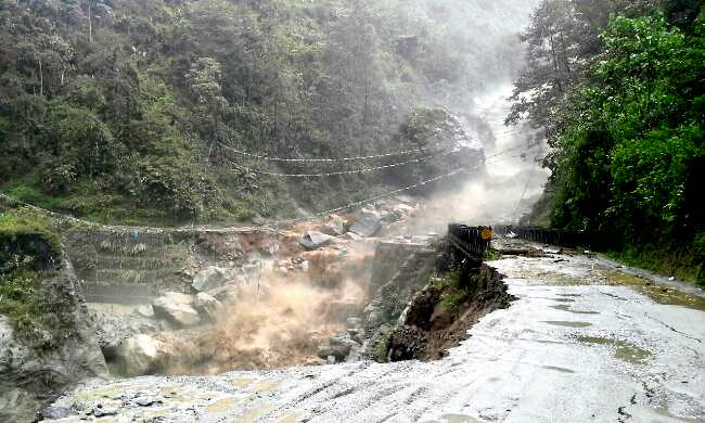 Sikkim - bridge collapsed by rain, Road to Mangan, Chungthang, Lachung, Lachen closed