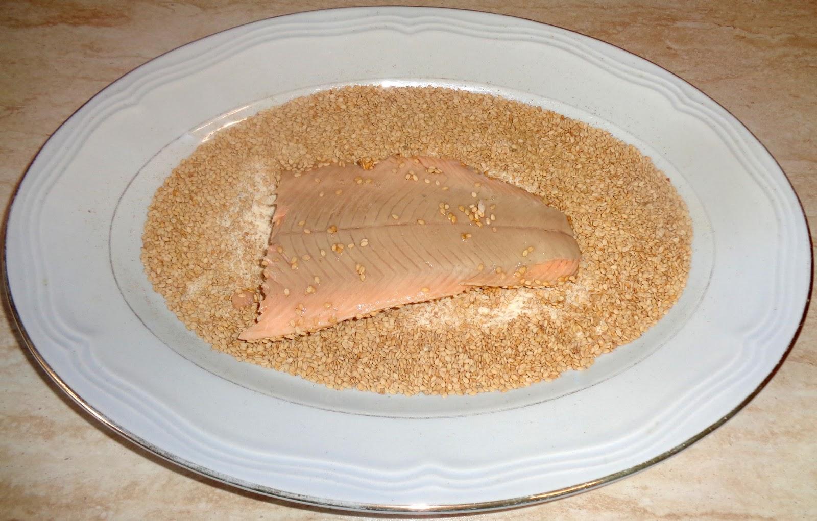 per la panure ho mescolato la farina di semola con i semi di sesamo e dopo aver bagnato i trancetti di pesce in un battuto di soli albumi duovo