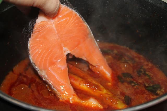 Masak Asam Pedas Ikan Salmon dan Bendi