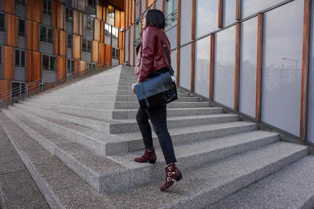 photo dos montant les escaliers