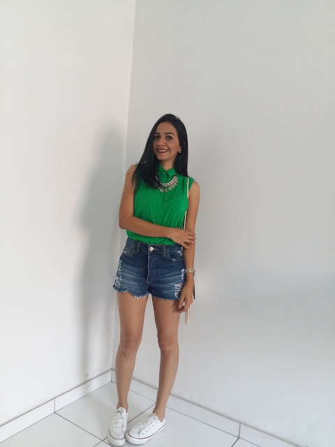 LOOK DO DIA: BLUSA  VERDE DE GOLA COM SHORT JEANS