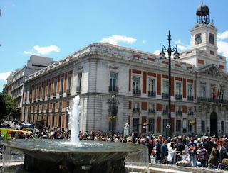 Vista de la entrada a la calle Carretas desde la Puerta del Sol, con el edificio de la Casa de Correos, en cuyo lateral se encuentra la calle.