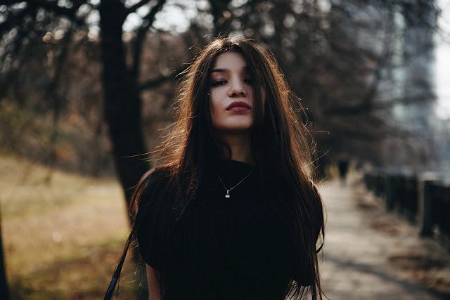 https://pixabay.com/pt/retrato-menina-no-preto-2377742/