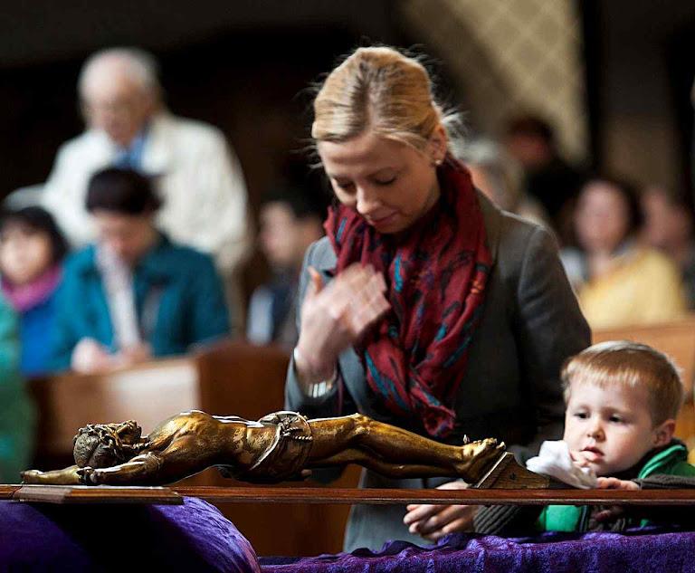 Cerimônias penitenciais na Quaresma. Adoração da Santa Cruz na Inglaterra.