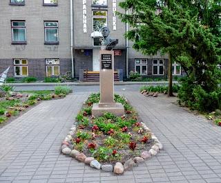 Лунинец. Ул. Фрунзе, 12. Памятник писателю Николаю Калинковичу