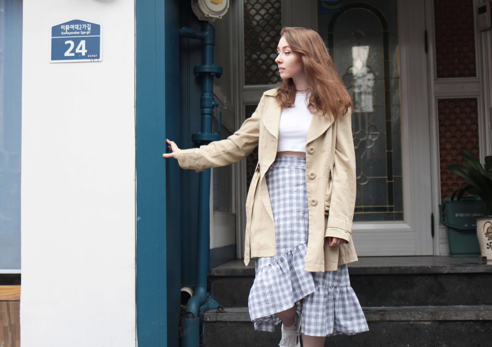 how to style beige tan trench coat transitional weather outfit inspiration