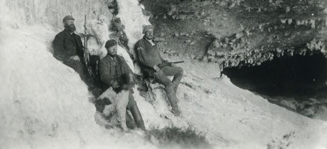 Hermann Eberhard en la cueva del Milodón el día del descubrimiento