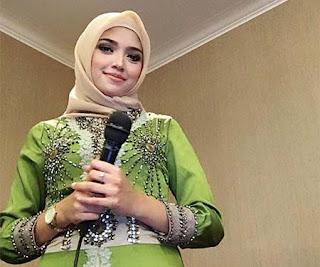 Ovita Vivi Yuniar Pakai Hijab
