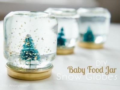 Buat snow globes dengan mudah dari toples bekas makanan bayi.