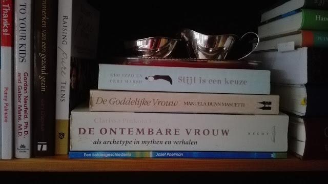 Stapel boeken in de kast waaronder De ontembare vrouw, De Goddelijke vrouw, Stijl is een keuze.