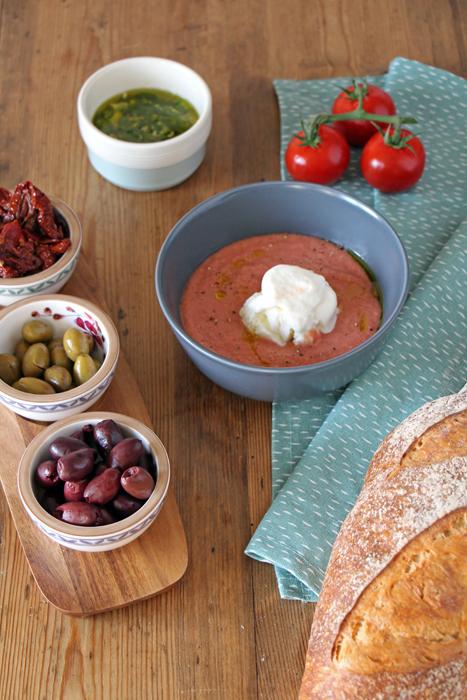 Erdbeer-Salmorejo mit Frozen Yogurt und Jalapeno-Öl