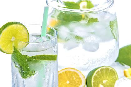 6 Bahaya Terlalu Sering Minum Air Es Atau Es Batu Setiap Hari