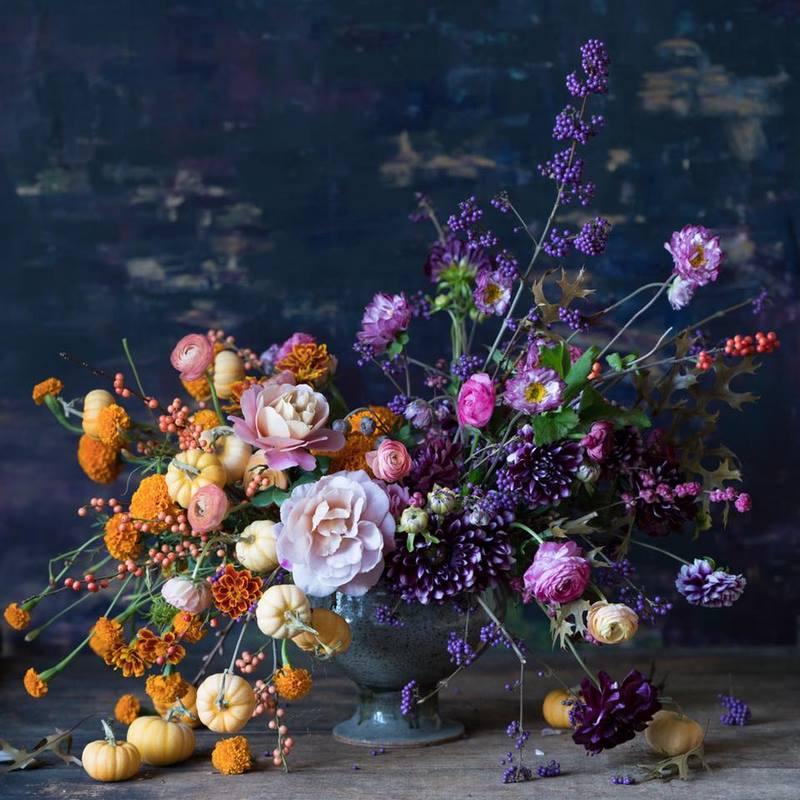 arreglo con flores y frutos
