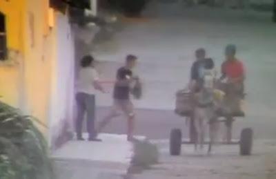 Assaltantes promovem assaltos em cima de carroça; vídeo