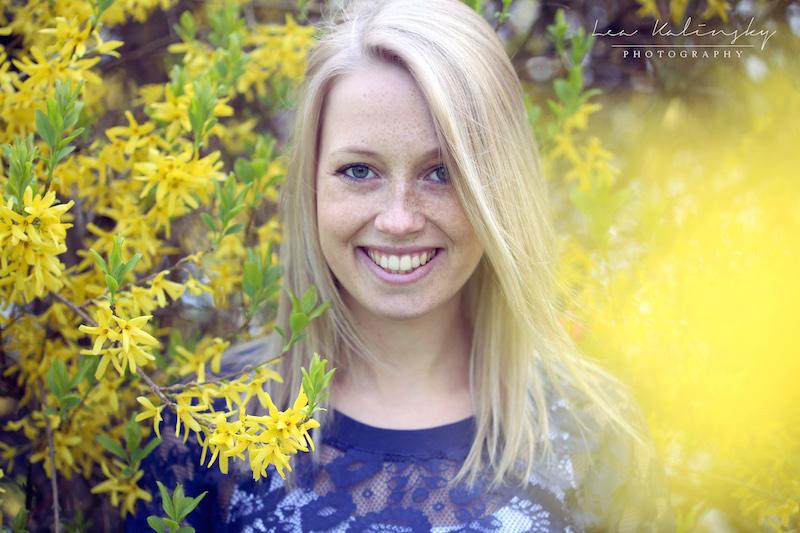 lachendes Portrait mit gelben Blumen