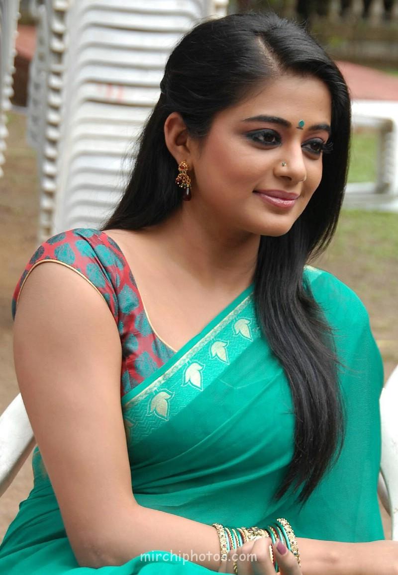 Close-up of Top of priyamani Hot Pics in Green Saree - best South Indian Actress