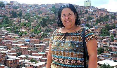 Yenima, en los cerros de Petare, en Venezuela, donde se encuentra como enviada especial de la Radio Cubana.